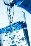 Close-up van een Gietend water in een Glas. Royalty-vrije Stock Fotografie