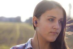 Close-up van een girlie die aan mp3 muziek luistert Stock Foto