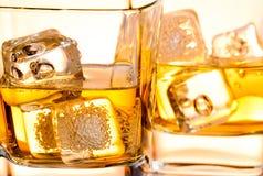 Close-up van een glas whisky met ijs royalty-vrije stock afbeeldingen