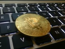 Close-up van een gouden muntstuk bitcoin muntstuk Stock Foto