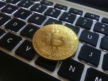Close-up van een gouden muntstuk bitcoin muntstuk Stock Afbeelding