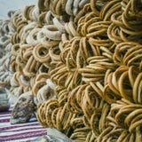 Close-up van een groep verschillende donuts op een straatverkoop met dienst Royalty-vrije Stock Afbeeldingen