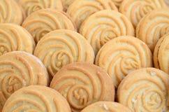 Close-up van een groot aantal ronde koekjes met kokosnoot het vullen stock afbeeldingen