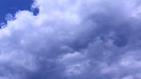 Close-up van een groot wit die golvende cumuluswolk kweken vóór blauwe hemel stock video