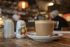 Close-up van een grote kop van koffie royalty-vrije stock foto's