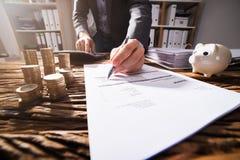 Close-up van een Hand die van Businessperson ` s Document ondertekenen stock afbeeldingen