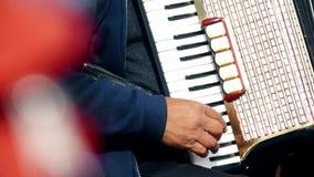 Close-up van een hand wordt geschoten die van de straatmusicus ` s de harmonika spelen die Parijs, Frankrijk stock foto