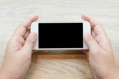 Close-up van een het Letten op van de Holdingscellphone van de Vrouwenhand Video Stock Fotografie