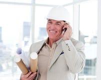 Close-up van een hogere architect op telefoon Stock Afbeelding