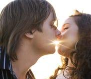 Close-up van een jong paar dat elkaar kust Stock Foto