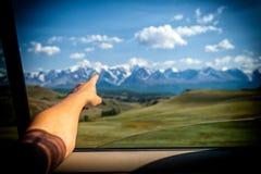 Close-up van een jonge toerist die zijn vinger tonen stock foto's