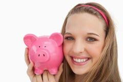 Close-up van een jonge vrouw die een piggy-bank houdt Royalty-vrije Stock Afbeelding