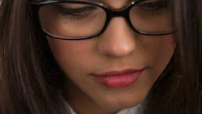 Close-up van een jonge vrouw die glazen dragen stock videobeelden