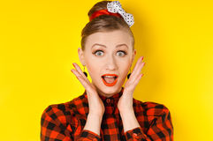 Close-up van een jonge vrouw kijkt die wordt opgewekt die tegen Stock Foto