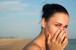 Close-up van een jonge vrouw met rood oog die geïrriteerde sensi wrijven Stock Afbeelding