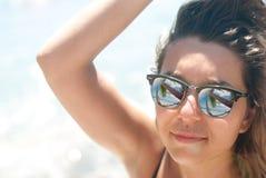 Close-up van een jonge vrouw met zonnebrilzonlicht royalty-vrije stock foto