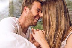 _close-up van een jongen en meisje paar kijken bij elkaar en lachen stock foto's