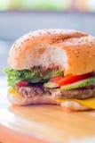 Close-up van een kaashamburger Stock Afbeelding