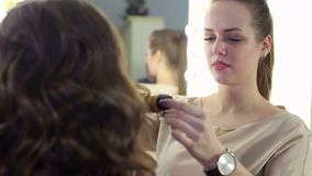 Close-up van een kapper die kapsel voor meisje doen stock footage