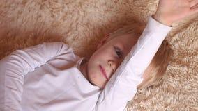 Close-up van een klein kind in de ochtend in bed stock video