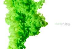 Close-up van een kleurrijke groene acryldieinkt in water op wit met exemplaarruimte wordt geïsoleerd abstracte achtergrond De exp royalty-vrije stock foto's
