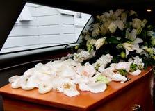 Close-up van een kleurrijke kist in een lijkwagen of een kapel vóór begrafenis of begrafenis bij begraafplaats wordt geschoten di stock foto's