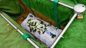 Close-up van een kleurrijke kist in een lijkwagen of een kapel vóór begrafenis of begrafenis bij begraafplaats wordt geschoten di stock fotografie