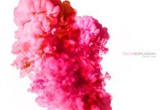 Close-up van een kleurrijke roze acryldieinkt in water op wit met exemplaarruimte wordt geïsoleerd abstracte achtergrond De explo stock foto's