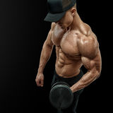 Close-up van een knappe bodybuilder die van de machts atletische mens exerc doen Royalty-vrije Stock Afbeelding