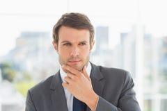 Close-up van een knappe jonge zakenman in openlucht Royalty-vrije Stock Afbeelding