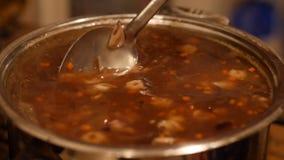 Close-up van een kokende hete Chinese soep met garnalen en eieren 60 aan 24fps UHD 4K stock videobeelden