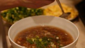 Close-up van een kokende hete Chinese soep met garnalen en eieren 60 aan 24fps UHD 4K stock footage