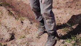 Close-up van een landloper die door de woestijn met een verband op zijn gezicht lopen stock video
