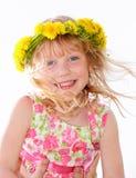 Close-up van een leuk meisje die bloemenkroon dragen stock afbeelding