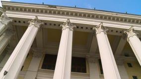 Close-up van een lijn van Grieks-Stijlkolommen scène De oude bouw met kolommen stock footage