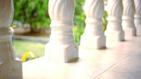 Close-up van een lijn van kolommen Videoverschuivingsmotie stock videobeelden