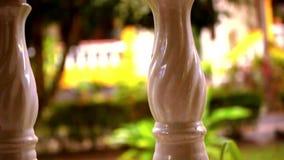 Close-up van een lijn van kolommen Videoverschuivingsmotie stock video