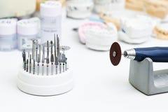 Close-up van een lijst in een tandlaboratorium voor de vervaardiging van gebitten royalty-vrije stock foto's