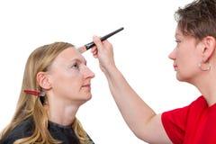 Close-up van een make-upkunstenaar die make-up toepassen Royalty-vrije Stock Foto