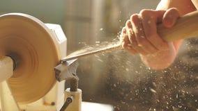 Close-up van een man hand die aan een houtbewerkingsdraaibank werken in zijn workshop Het concept kleine onderneming stock footage