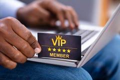 Close-up van een Man VIP van de Handholding Lidkaart royalty-vrije stock fotografie