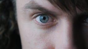 Close-up van een Mannelijk Oog van ` s De leerling versmalt in langzame motie stock videobeelden