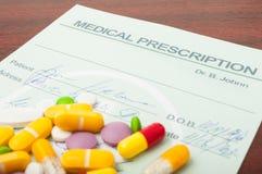 Close-up van een medisch voorschrift met pillen op bovenkant Royalty-vrije Stock Afbeelding