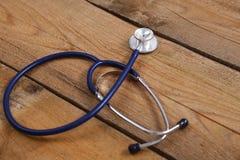 Close-up van een medische die stethoscoop, op houten achtergrond wordt geïsoleerd Stock Foto