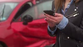 Close-up van een meisje in een autoongeval die een telefoon houden en om hulp vragen stock videobeelden