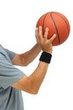 Close-up van een mens die een basketbal ontspruit Stock Afbeeldingen