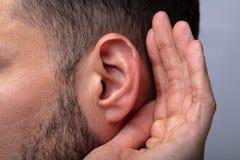 Close-up van een Mens die proberen te horen stock foto's