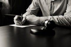 Close-up van een mens die scheidingsdocumenten ondertekenen royalty-vrije stock foto's