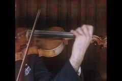 Close-up van een mens het spelen viool stock footage