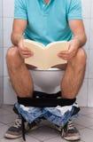 Close-up van een mens in toilet stock fotografie